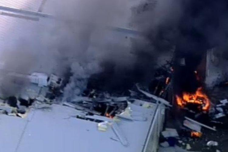 Pecahan pesawat terbakar menyusul kecelakaan yang terjadi di dekat lapangan udara Essendon, di utara Melbourne, Australia, Selasa (21/2/2017).