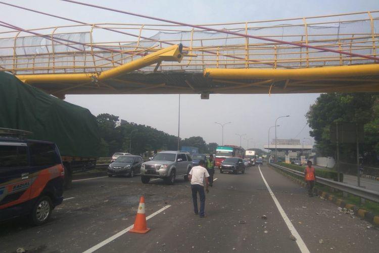 JPO atau jembatan penyeberangan orang di tol JORR arah Pondok Indah rusak setelah ditabrak truk yang membawa beban berlebihan, Jumat (29/6/2018)