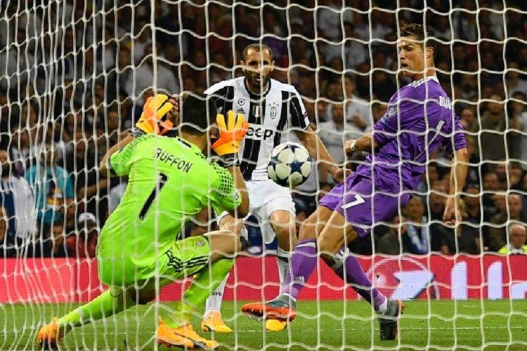 Cristiano Ronaldo mencetak gol ketiga Real Madrid ke gawang Juventus pada final Liga Champions 2016-2017 di Stadion Millenium, Cardiff, Sabtu (3/6/2017).