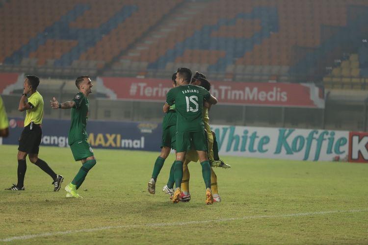 Para pemain PS Sleman merayakan keberhasilan lolos ke semifinal Piala Menpora 2021. PS Sleman lolos ke babak 4 besar usai menaklukkan Bali United melalui melalui adu penalti dengan skor 4-2 (0-0), dalam laga perempat final di Stadion Si Jalak Harupat, Kabupaten Bandung, Senin (12/4/2021).