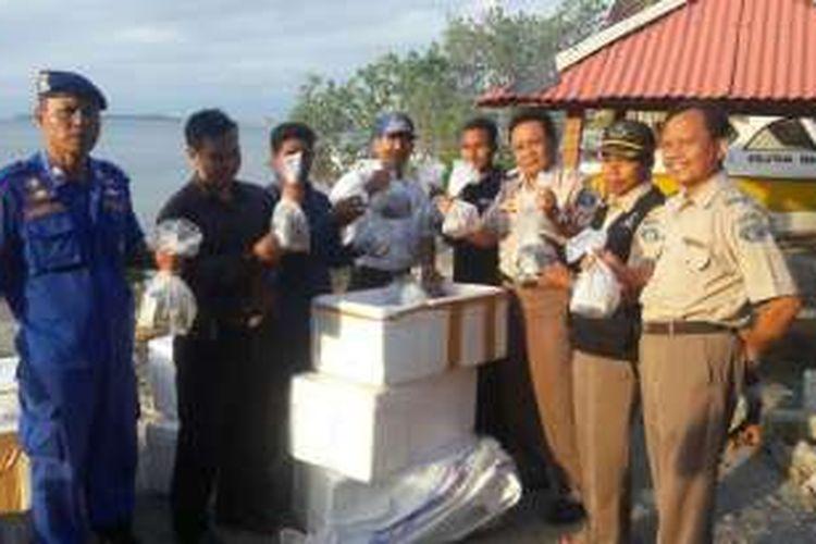 Petugas menunjukkan terumbu karang yang akan dilepasliarkan di kawasan konservasi Gili Nanggu, Sekotong, Lombok Barat, Rabu (14/9/2016). (KOMPAS.com/ foto dokumen BKIPM)