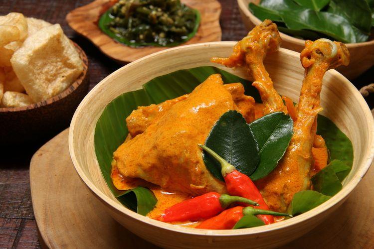 Ilustrasi gulai ayam kampung khas Padang, masakan Minang buat Lebaran.