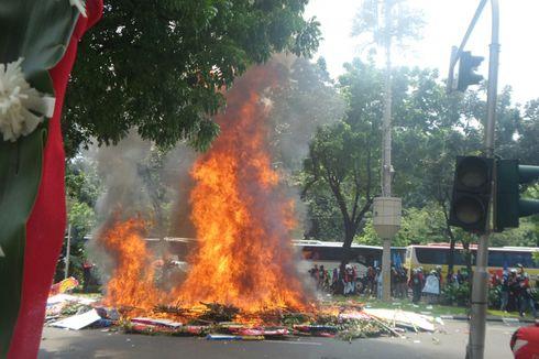 Ini Video Karangan Bunga Ahok-Djarot yang Dibakar Saat Aksi Buruh