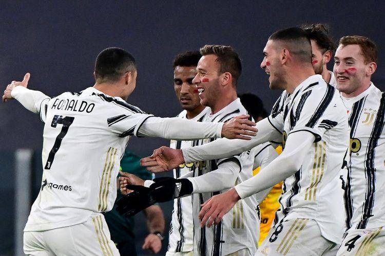 Penyerang Juventus Cristiano Ronaldo berselebrasi bersama rekan-rekan setimnya usai mencetak gol ke gawang Cagliari pada laga lanjutan pekan kedelapan Liga Italia 2020-2021 di Stadion Allianz, Minggu (22/11/2020) dini hari WIB.
