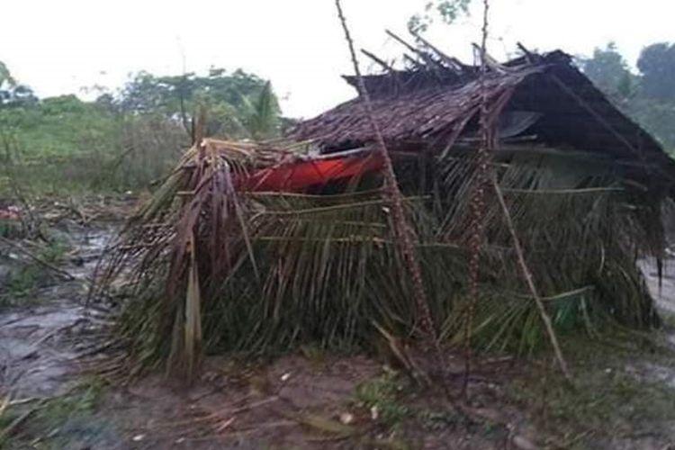 Gubuk reot yang dijadikan tempat mengungsi Wa Ona Windi dan keluarganya di hutan Desa Kairatu, Kabupaten Seram Bagian Barat, Maluku. Digubuk inilah Windi melahirkan bayi perempuannya, Kamis malam (3/9/2019).