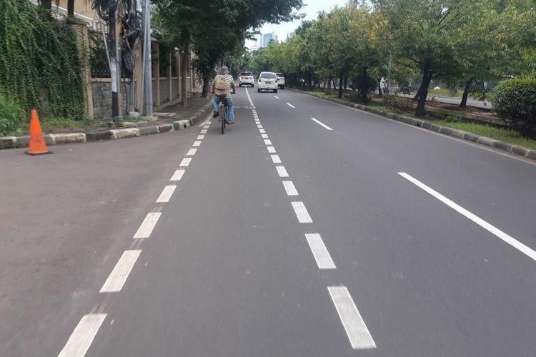 Jalur sepeda di Jalan Puri Indah Raya, Kembangan, Jakarta Barat, Kamis (6/2/2020)