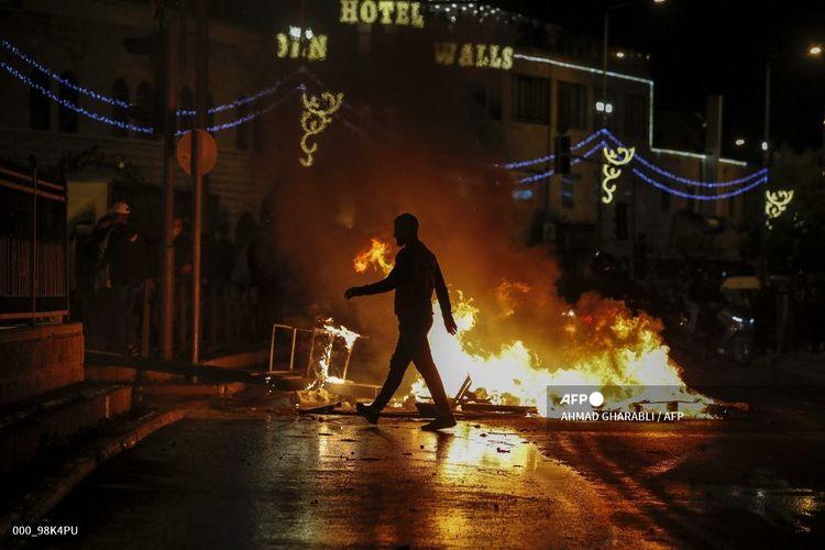 Jalan-jalan dibakar ketika anggota pasukan keamanan Israel dikerahkan selama bentrokan dengan pengunjuk rasa di Yerusalem pada Kamis (22/4/2021) malam waktu setempat.
