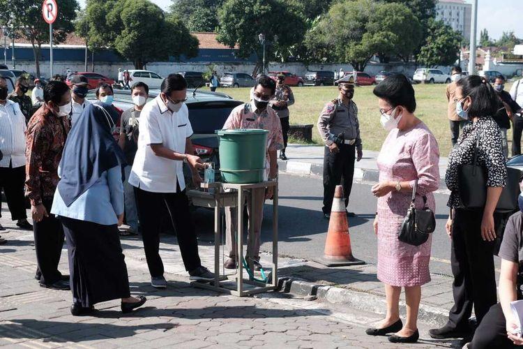 Sultan saat meninjau vaksinasi di Sasono Hinggil, Alun-alun Selatan Yogyakarta, Selasa (27/7/2021)