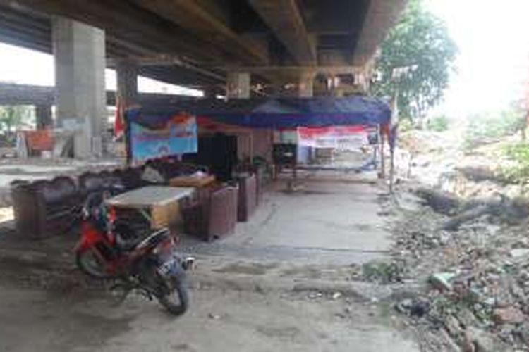 Posko yang didirikan Edysa Girsang di kolong Tol Wiyoto Wiyono. Edysa sempat berniat maju pada Pilkada DKI 2017 melalui jalur independen, Selasa (13/9/2016)