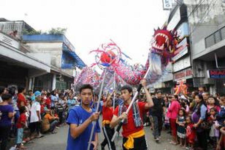 Arak-arakan peserta Karnaval Cap Go Meh 2565 melewati Jalan Surya Kencana, Bogor, Jumat (14/2/2014). Cap Go Meh menandai akhir perayaan Tahun Baru Imlek.