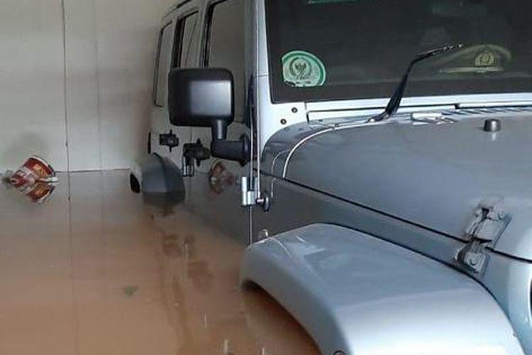 Jeep Rubicon terendam banjir di rumah anak Ketua MPR RI Bambang Soesatyo, Dimaz Raditya Soesatyo, di Kemang, Jakarta, Kamis (2/1/2020).