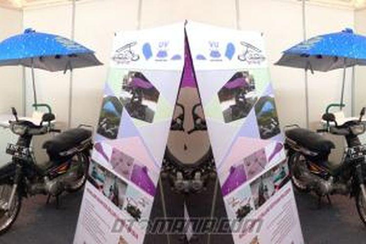 Payung sepeda motor asal Cina.
