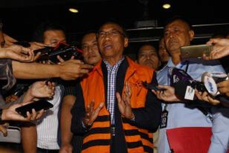 Mantan Menteri Energi dan Sumber Daya Mineral (ESDM) Jero Wacik keluar dari Gedung Komisi Pemberantasan Korupsi (KPK), Jakarta, Selasa (5/5/2015). Jero ditahan KPK usai menjalani pemeriksaan lanjutan terkait kasus dugaan pemerasan dalam sejumlah kegiatan di Kementerian ESDM saat menjabat sebagai menteri periode 2011-2013. TRIBUNNEWS/HERUDIN