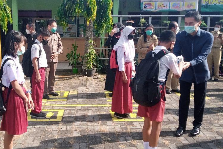 Wali Kota Salatiga Yuliyanto memberi susu dan roti untuk pelajar yang taat menjalankan protokol kesehatan.