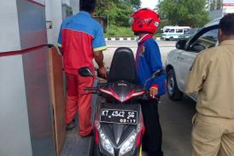 Terkendala pasokan BBM dari Malaysia karena jalan poros rusak parah, bensin di wilayah perbatasan kecamatan Krayan Selatan 1 liter 50 ribu.