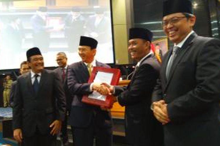 Gubernur DKI Jakarta Basuki Tjahaja Purnama dan Ketua DPRD DKI Jakarta Prasetio Edi Marsudi ketika pengesahan APBD DKI 2016.