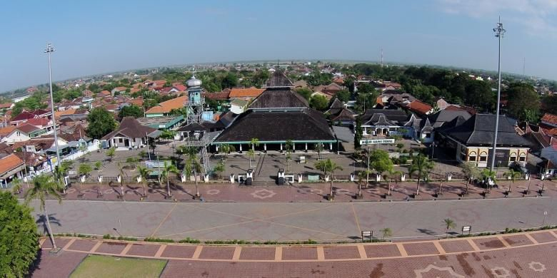 Kompleks Masjid Agung Demak, Jawa Tengah, difoto dari udara, Senin (30/6/2014). Masjid Agung Demak dipercaya sebagai masjid tertua di Pulau Jawa, berdiri mulai 1477, dibangun oleh Raden Fatah bersama Wali Sembilan atau Wali Songo.