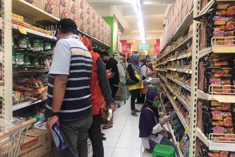 Sejumlah pembeli memenuhi pasar swala