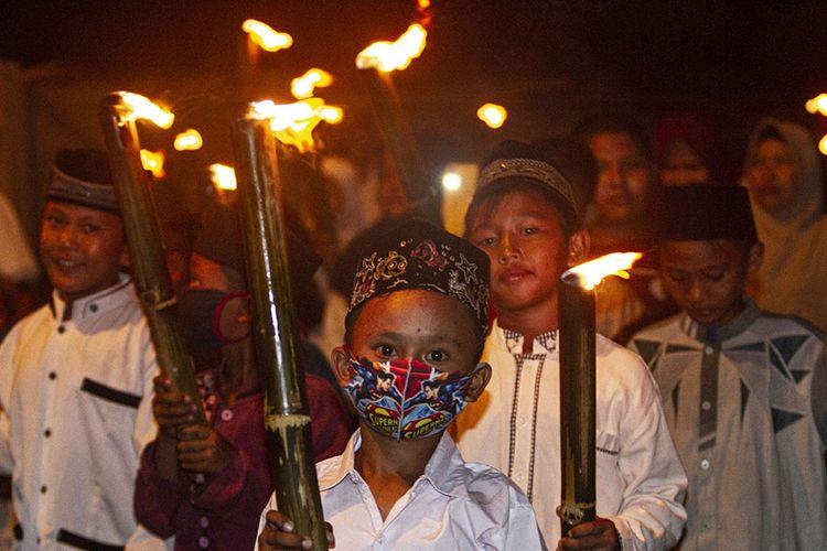Warga membawa obor saat mengikuti pawai menyambut Tahun Baru Islam di Bendasari, Karawang, Jawa Barat, Rabu (19/8/2020). Pawai obor tersebut untuk menyambut Tahun Baru Islam 1 Muharram 1442 Hijriah.