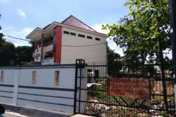 Lahan diduga kasus penjarahan tanah di Kelurahan Cempaka Putih Barat, di Kecamatan Cempaka Putih, Jakarta Pusat. Tanah tersebut diduga dijarah oleh mantan Wali Kota, kemudian dijual pihak keluarga Senin (4/4/2016).