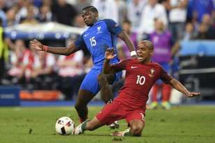 Gelandang Portugal, Joao Mario (kanan), berduel dengan gelandang Perancis, Paul Pogba, dalam laga final Piala Eropa 2016 di Stade de France, Saint-Denis, 10 Juli 2016.