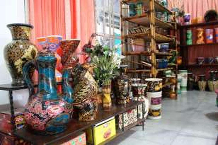 Selain menggunakan media kain, Batik Bogor pun diaplikasikan diatas guci, sepatu, tas, vas bunga, cangkir hingga helm.