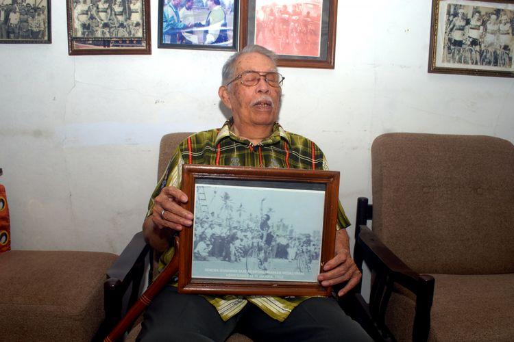 Mantan pembalap sepeda Hendra Gunawan alias Hendrik Brocks (77) memperlihatkan foto saat memasuki garis finish pada Asian Games 1962 Jakarta di rumahnya di Sukabumi, Jawa Barat, Rabu (29/8/2018).
