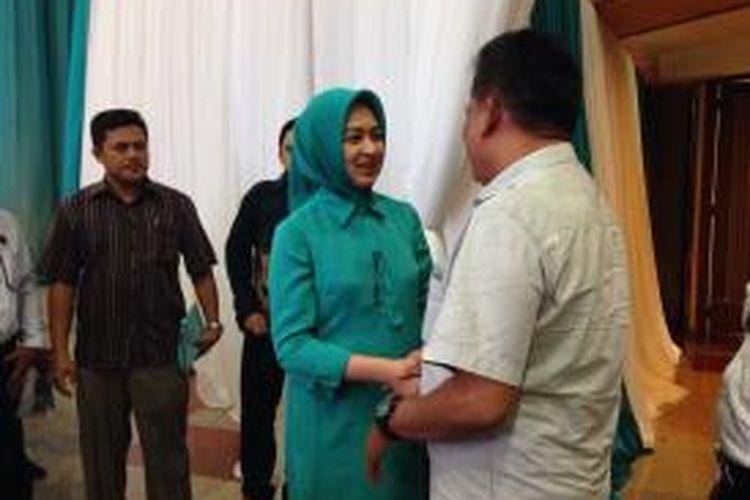 Calon Wali Kota Tangerang Selatan periode 2016-2021 Airin Rachmi Diany menyalami tamu undangannya di acara deklarasi dirinya dengan calon Wakil Wali Kota Benyamin Davnie di Universitas Terbuka Convention Centre (UTCC), Pondok Cabe, Tangerang Selatan, Senin (27/7/2015).