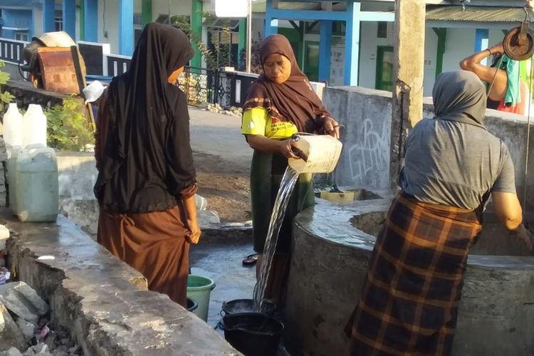 Foto : Saat ibu-ibu di Pulau Ende, Kecamatan Pulau Ende, Kabupaten Ende, Flores, NTT mengambil air asin di sumur bor, Minggu (17/11/2019).
