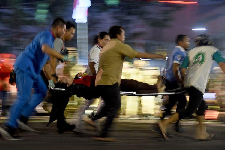 Sejumlah warga mengevakuasi korban yang terjatuh dari viaduk ketika menonton drama kolosal Surabaya Membara di Jalan Pahlawan Surabaya, Jawa Timur, Jumat (9/11/2018). Menurut Kasatreskrim Polrestabes Surabaya sebanyak 10 korban luka-luka dan tiga meninggal dunia usai tertabrak kereta api yang melintas di viaduk.ANTARA FOTO/M Risyal Hidayat/pd.