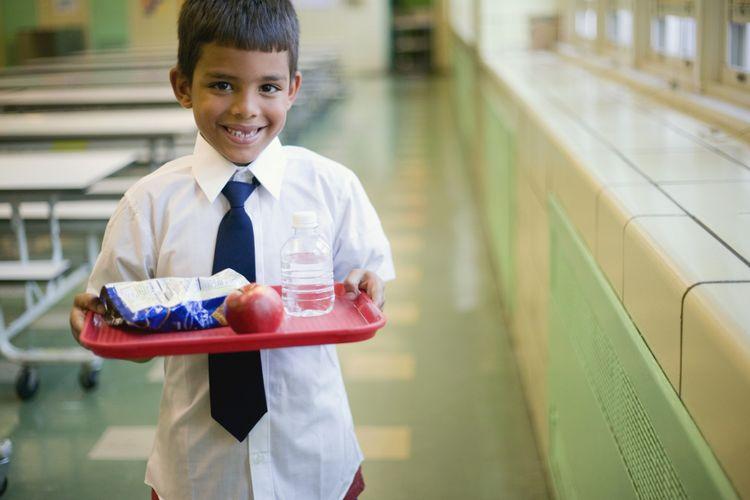 Anak sekolah dengan makanan