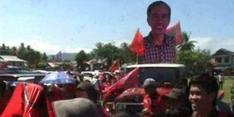 Dukung pencalonan Jokowi jadi Capres, ribuan massa pendukung jokowi di Sulawesi barat mengarak patung jokowi setinggi 2,5 meter keliling kota mamuju utara, Sealsa sore (25/3/2014)