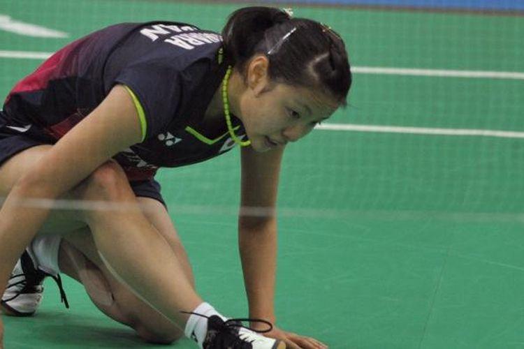 Pemain tunggal putri Jepang, Nozomi Okuhara, bereaksi saat menghadapi pemain Thailand, Busanan Ongbumrungpan, pada babak semifinal Kejuaraan Beregu Asia di Hyderabad, India, Sabtu (20/2/2016).