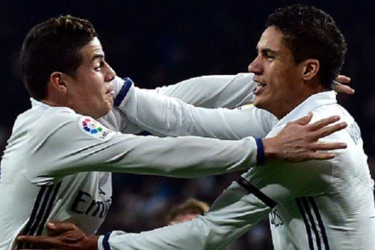 Raphael Varane dan James Rodriguez merayakan gol Real Madrid ke gawang Sevilla pada pertandingan Copa del Rey di Stadion Santiago Bernabeu, Rabu (4/1/2016).