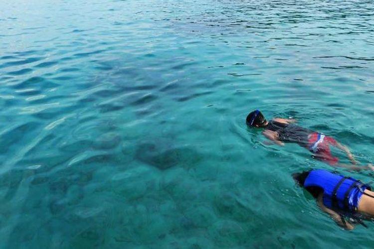 Dua orang wisatawan tengah snorkeling ria menikmati keindahan biota laut Iboih, Sabang, Aceh