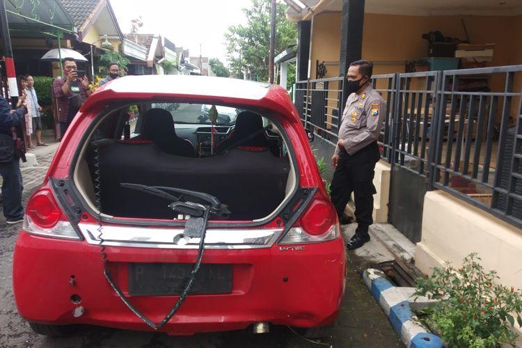 Mobil Honda Brio yang ditinggal oleh pemiliknya, mobil ini terdapat bekas tembakan