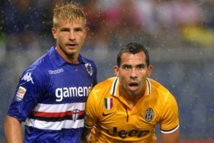 Striker Juventus, Carlos Tevez (kanan), mendapat pengawalan ketat dari bek Sampdoria, Angelo Palombo (kiri), pada laga di Stadion Luigi Ferraris, Sabtu atau Minggu (25/8/2013) dini hari WIB.