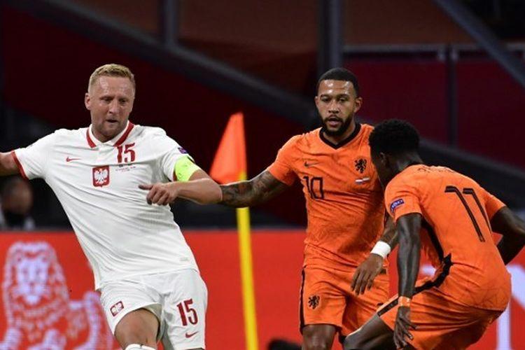 Kamil Glik berduel dengan Memphis Depay dalam laga Belanda vs Polandia pada ajang UEFA Nations League di Stadion Johan Cruyff Arena, Amstedam, Sabtu (5/9/2020) dini hari WIB.