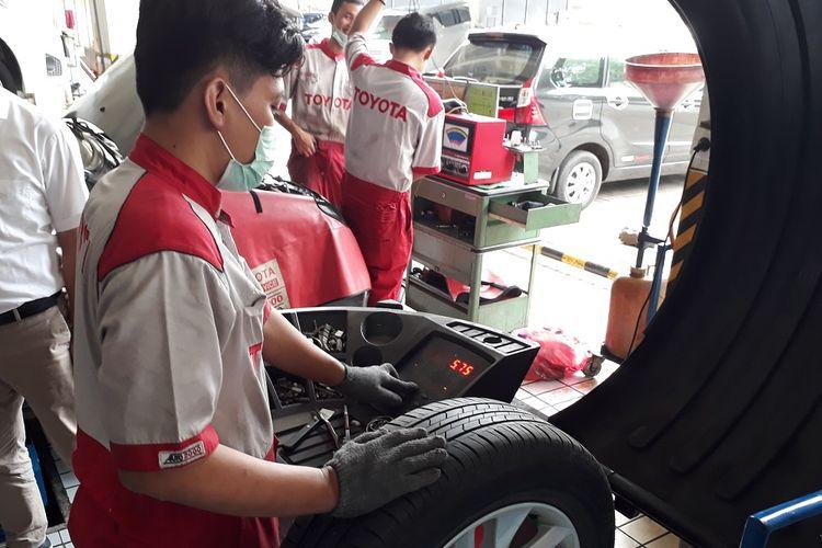 Balancing roda perlu dilakukan rutin tiap 10.000 Km atau setiap merotasi ban mobil.