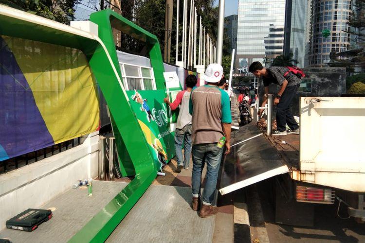Selter Grab yang halangi trotoar Gelora Bung Karno dibongkar, Rabu (15/8/2018).