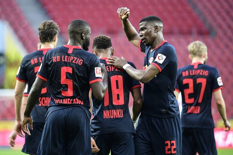 Pemain tengah Leipzig, Christopher Nkunku (3L) merayakan dengan rekan satu timnya mencetak skor selama pertandingan sepakbola Bundesliga divisi satu Jerman FC Cologne vs RB Leipzig, di Cologne pada 1 Juni 2020.