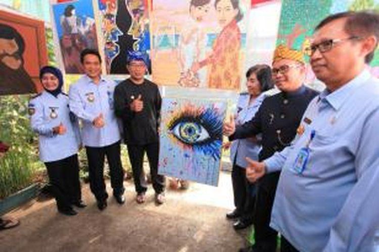 Wali Kota Bandung Ridwan Kamil saat memamerkan lukisan karya seorang narapidana Lapas Wanita Sukamiskin, Rabu (23/12/2015).