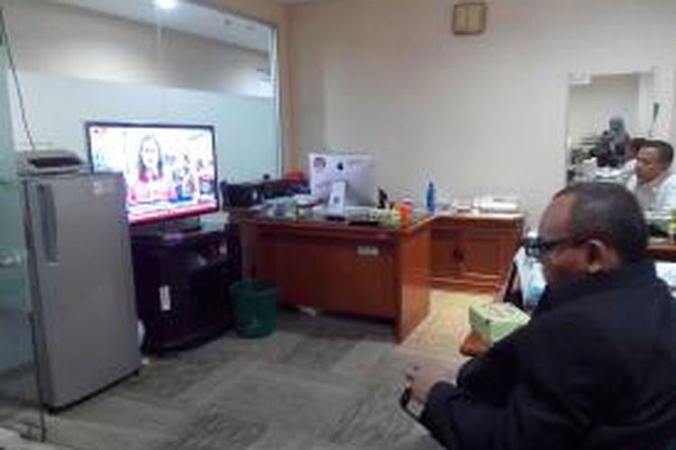 Beberapa anggota DPRD menonton siaran televisi tentang penggusuran warga Kampung Pulo.