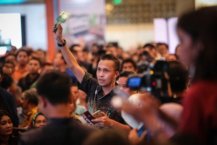 Calon peserta lelang saat mengikuti lelang mobil sitaan KPK hasil tindak pidana korupsi di Jakarta Convention Center, Jakarta, Jumat (22/9/2017). Komisi Pemberantasan Korupsi ( KPK) melelang sebanyak 22 barang sitaan milik terpidana korupsi.