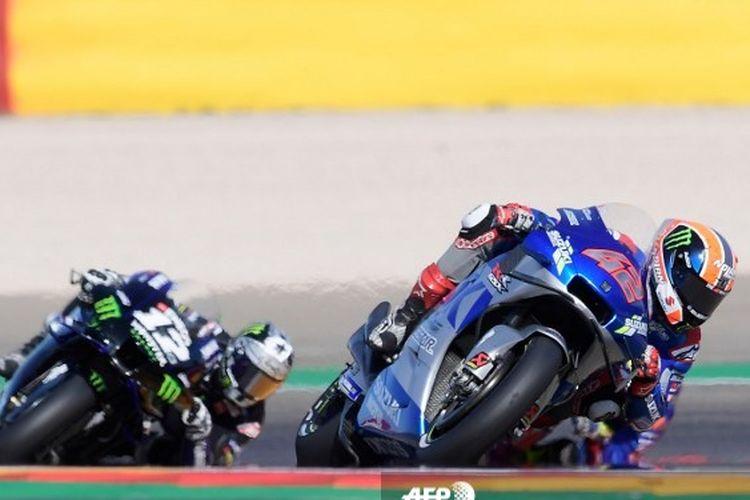 Pebalap Suzuki Ecstar Alex Rins menyalip Maverick Vinales pada balapan MotoGP Aragon 2020, 18 Oktober 2020.
