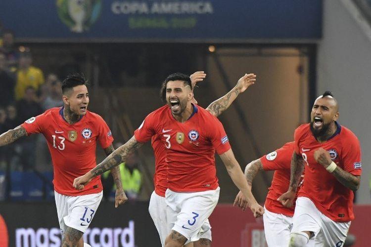 Arturo Vidal dkk merayakan kesuksesan Alexis Sanchez mengeksekusi penalti pada pertandingan Kolombia vs Cile dalam babak perempat final Copa America 2019 di Corinthians Arena, 28 Juni 2019.