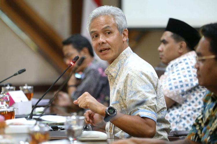 Gubernur Jateng Ganjar Pranowo saat rapat koordinasi penanggulangan dampak virus corona terhadap perekonomian Jawa Tengah, yang diikuti Bank Indonesia (BI), Otoritas Jasa Keuangan (OJK), Bea Cukai, dan para akademisi.