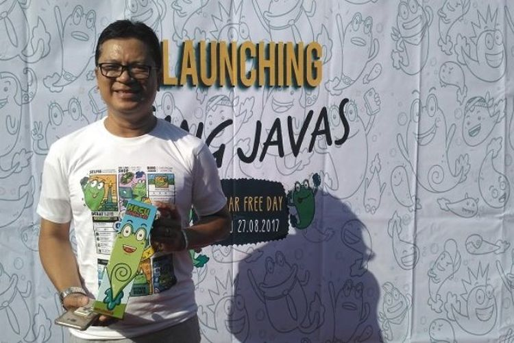 Warga Jakarta, Endry Abzan, difoto mengenakan kaus yang diluncurkan Kaesang Pangarep (putera Jokowi) dalam CFD, di Gladak, Solo, Minggu (27/8/2017) pagi.
