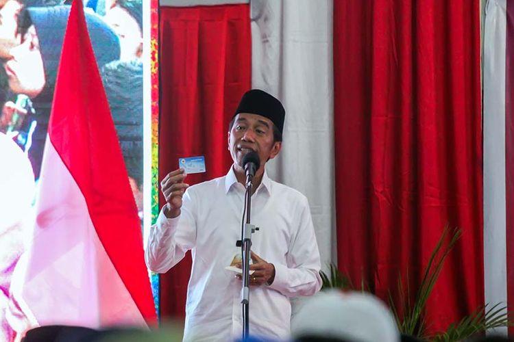 Calon Presiden petahana nomor urut 01 Joko Widodo menunjukkan kartu Pra Kerja saat berpidato dalam kampanye terbuka di Lhokseumawe, Aceh, Selasa (26/3/2019). Dalam kampanye yang dihadiri ribuan pendukung, parpol pengusung, dan para ulama, Jokowi menyatakan optimistis bersama masyarakat Aceh bisa memenangkan suara pada pemilihan presiden 17 April mendatang.