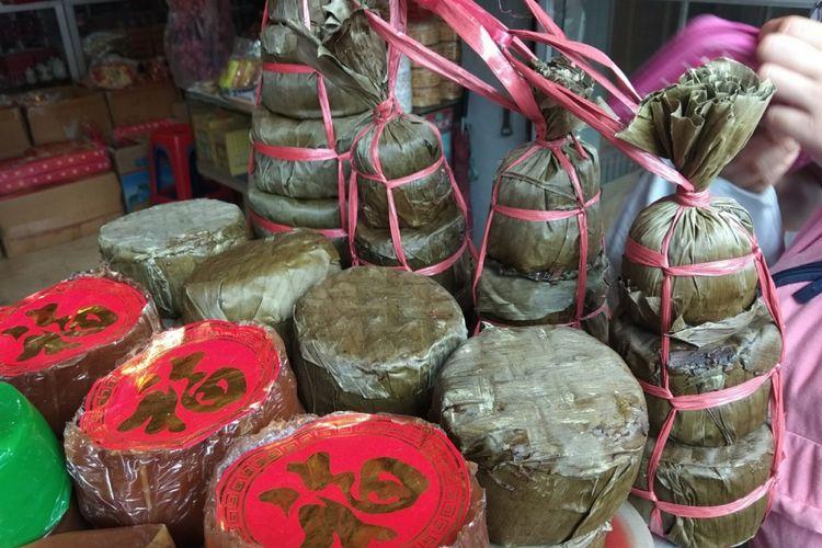 Kue keranjang bungkus daun, jadi ragam jajanan kue khas Imlek yang tersaji di berbagai toko di Suryakencana, Bogor, Sabtu (3/2/2018).